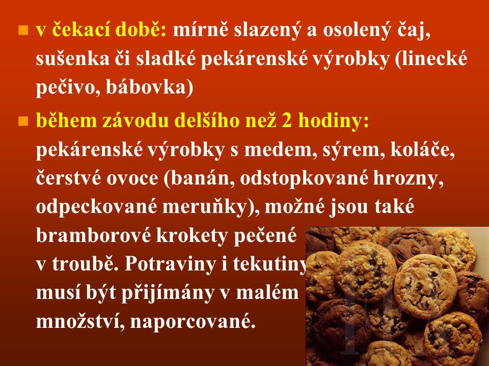 v čekací době: mírně slazený a osolený čaj, sušenka či sladké pekárenské výrobky (linecké pečivo, bábovka)