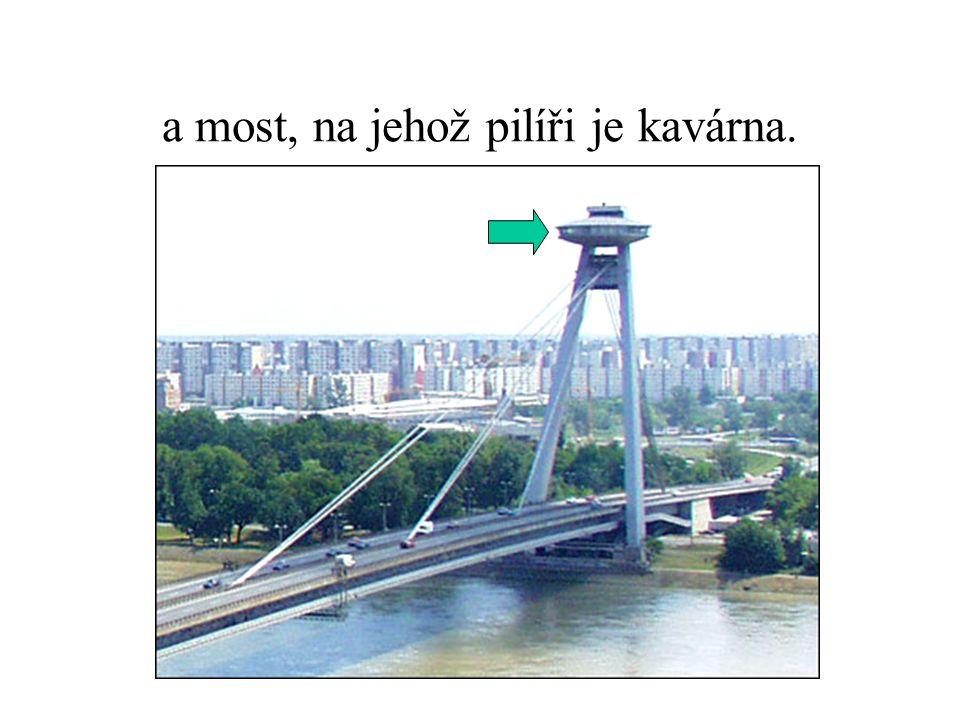 a most, na jehož pilíři je kavárna.