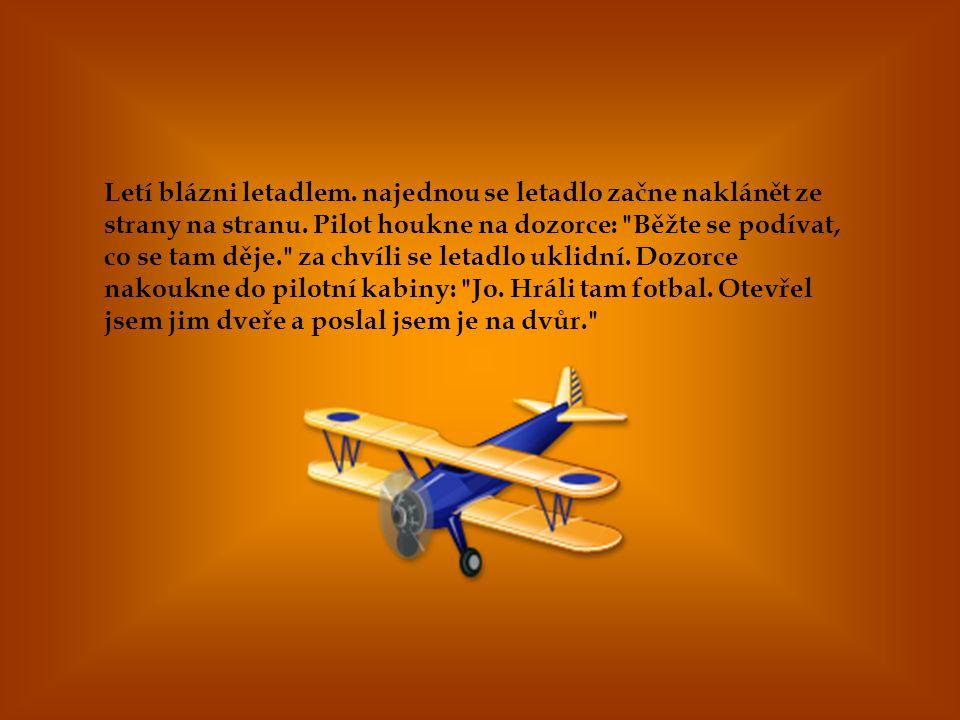 Letí blázni letadlem. najednou se letadlo začne naklánět ze strany na stranu.