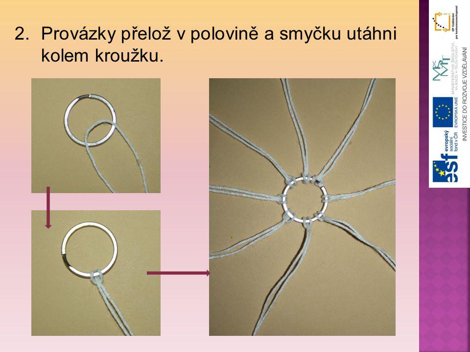 Provázky přelož v polovině a smyčku utáhni kolem kroužku.