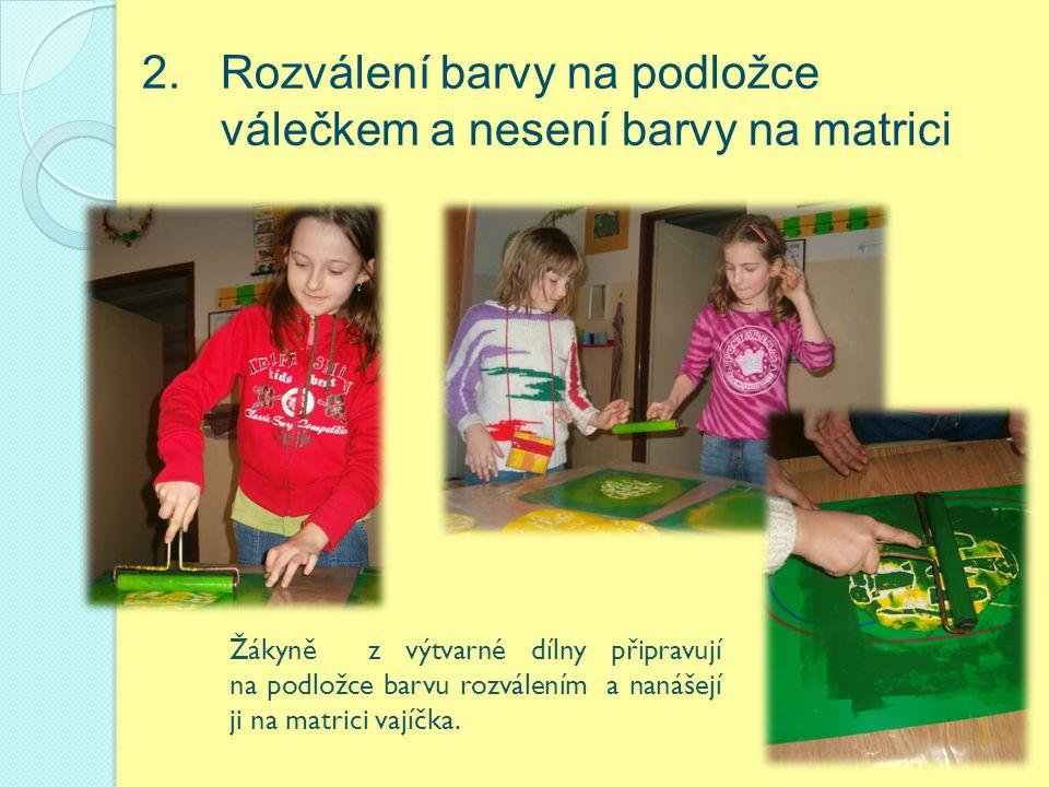 2. Rozválení barvy na podložce válečkem a nesení barvy na matrici