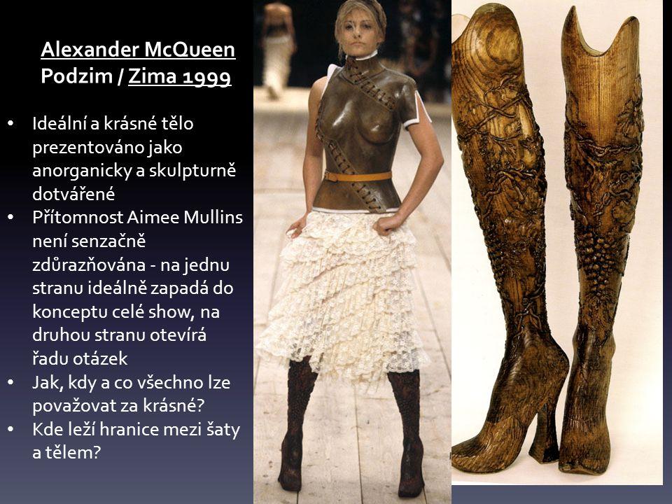 Alexander McQueen Podzim / Zima 1999. Ideální a krásné tělo prezentováno jako anorganicky a skulpturně dotvářené.