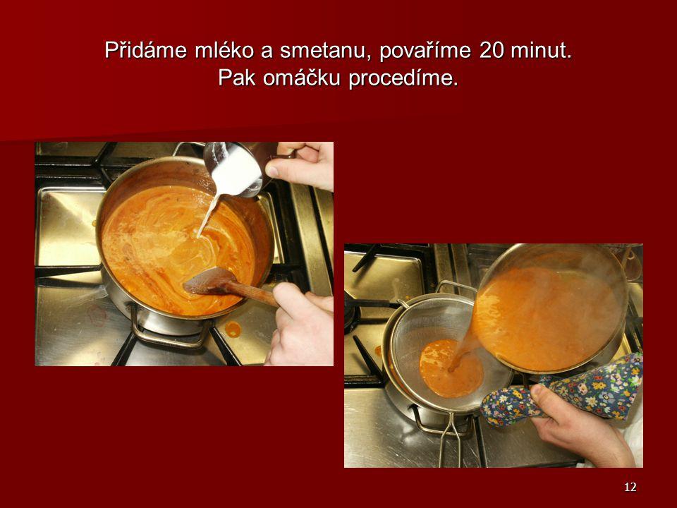 Přidáme mléko a smetanu, povaříme 20 minut. Pak omáčku procedíme.