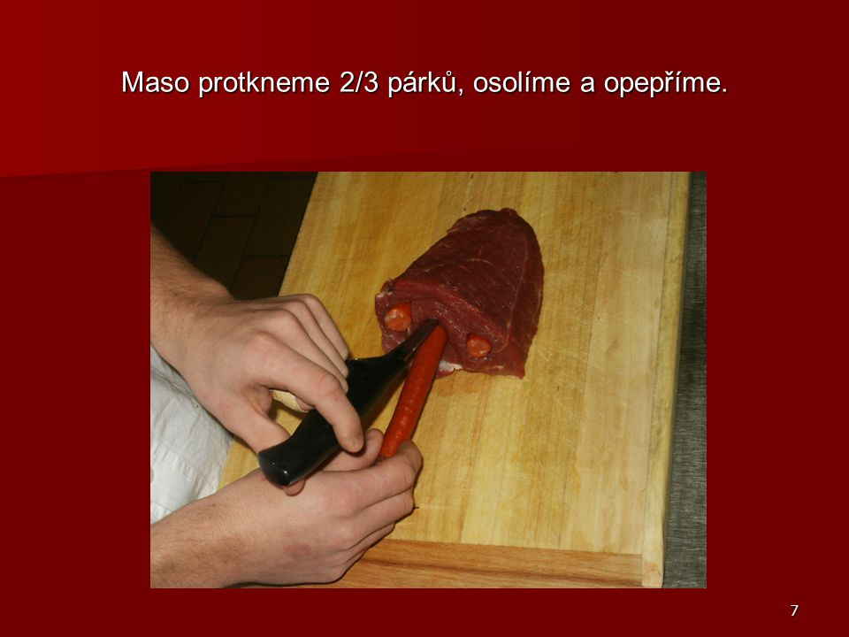 Maso protkneme 2/3 párků, osolíme a opepříme.