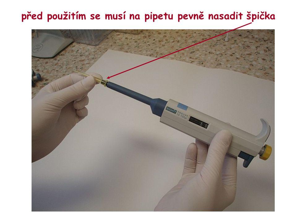 před použitím se musí na pipetu pevně nasadit špička