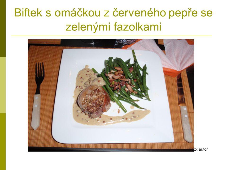 Biftek s omáčkou z červeného pepře se zelenými fazolkami