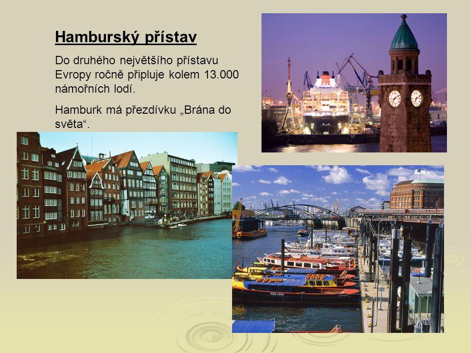 Hamburský přístav Do druhého největšího přístavu Evropy ročně připluje kolem 13.000 námořních lodí.