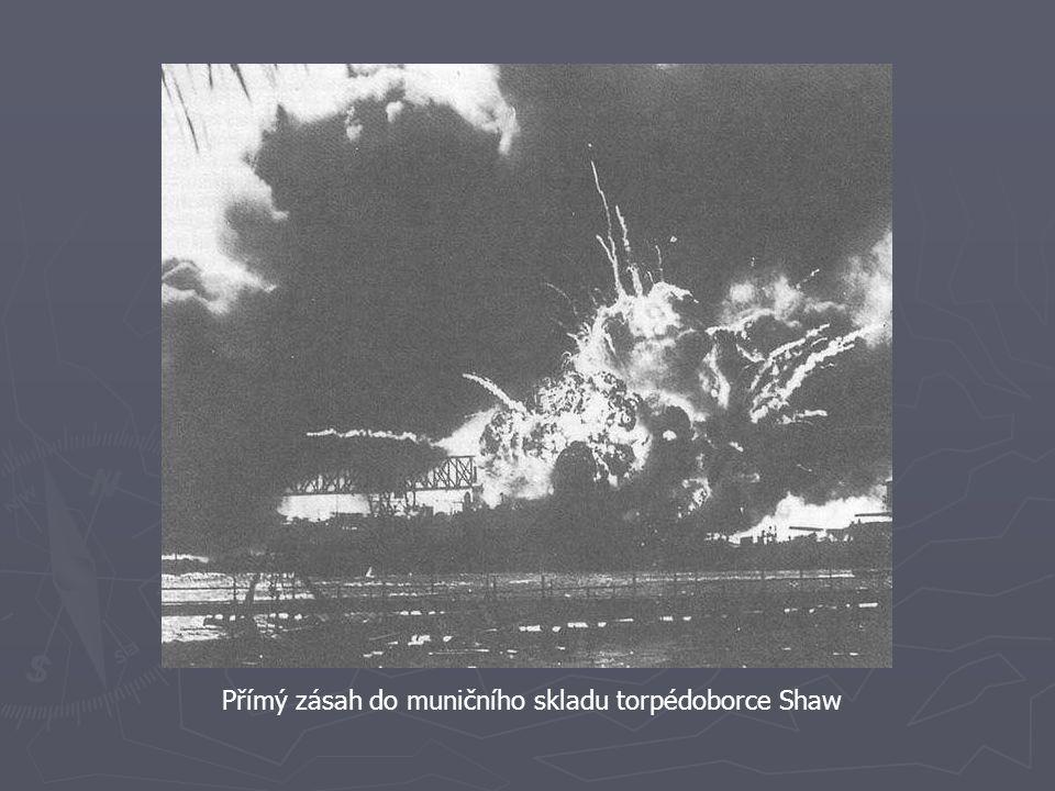Přímý zásah do muničního skladu torpédoborce Shaw