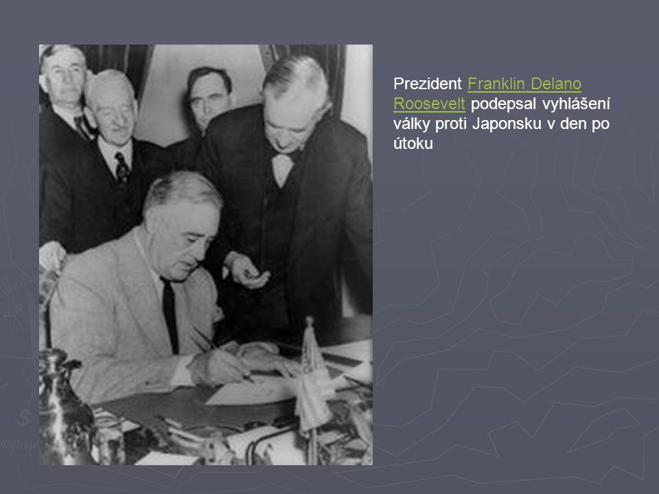 Prezident Franklin Delano Roosevelt podepsal vyhlášení války proti Japonsku v den po útoku.