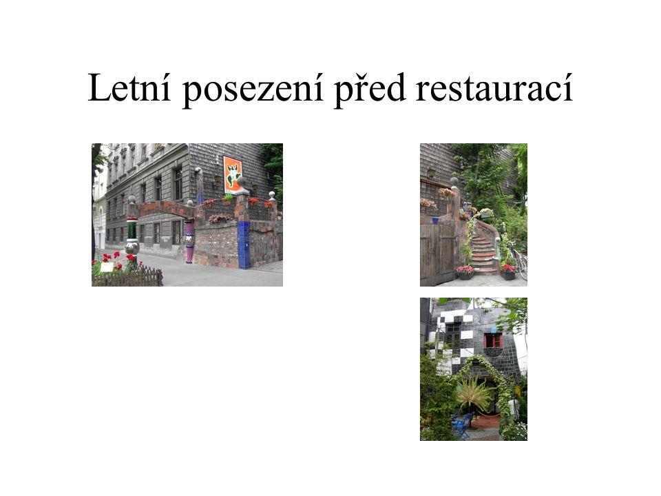 Letní posezení před restaurací