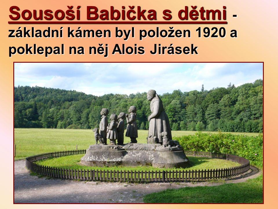 Sousoší Babička s dětmi - základní kámen byl položen 1920 a poklepal na něj Alois Jirásek