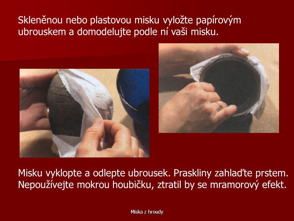 Skleněnou nebo plastovou misku vyložte papírovým ubrouskem a domodelujte podle ní vaši misku.