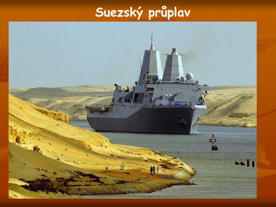 Suezský průplav spojuje Rudé a Středozemní moře 163 km