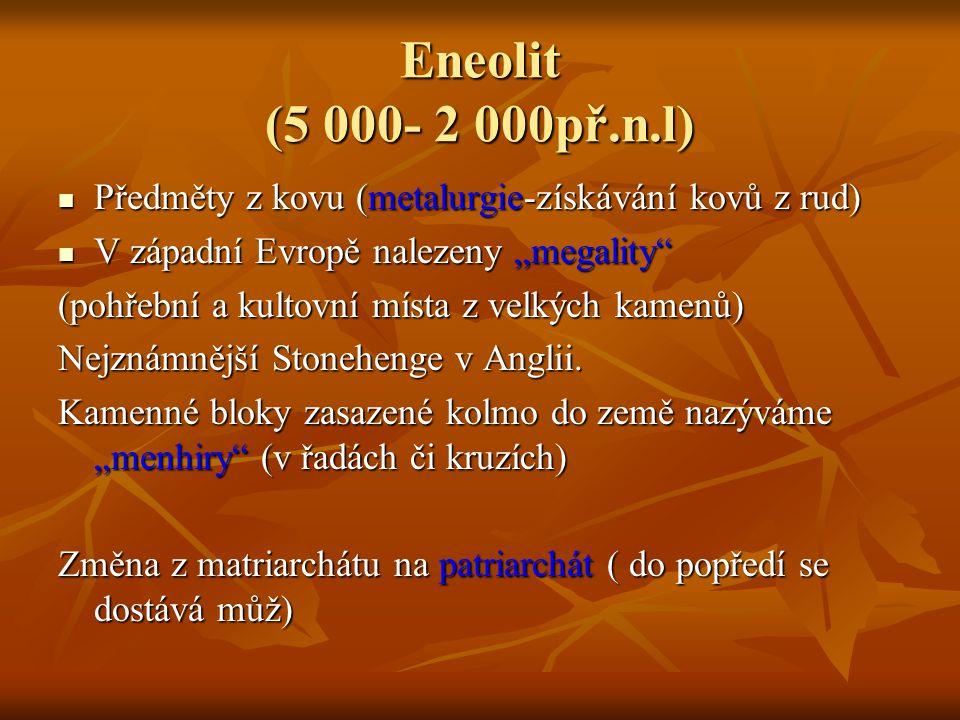 """Eneolit (5 000- 2 000př.n.l) Předměty z kovu (metalurgie-získávání kovů z rud) V západní Evropě nalezeny """"megality"""