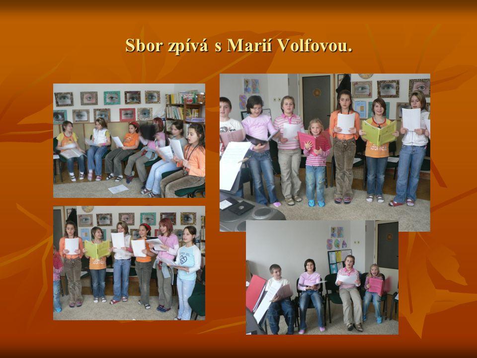 Sbor zpívá s Marií Volfovou.