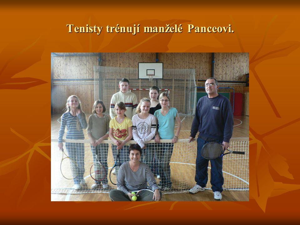 Tenisty trénují manželé Panceovi.