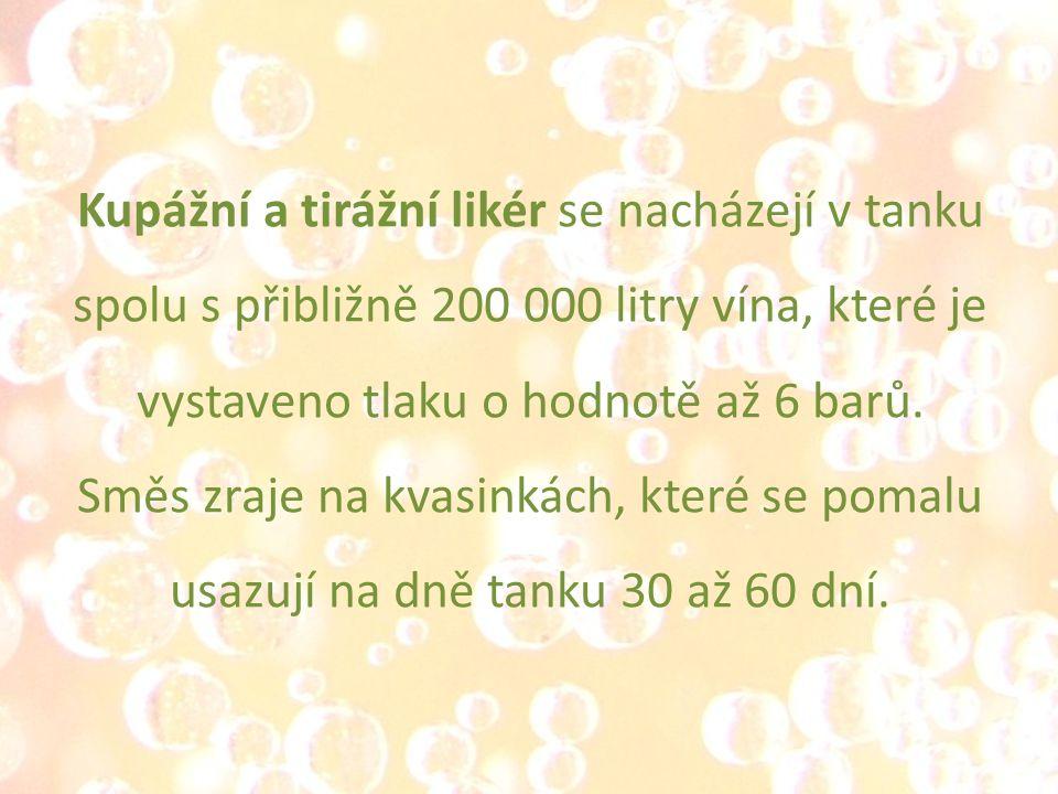 Kupážní a tirážní likér se nacházejí v tanku spolu s přibližně 200 000 litry vína, které je vystaveno tlaku o hodnotě až 6 barů.