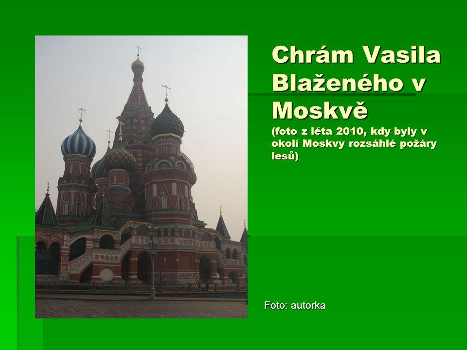 Chrám Vasila Blaženého v Moskvě (foto z léta 2010, kdy byly v okolí Moskvy rozsáhlé požáry lesů)