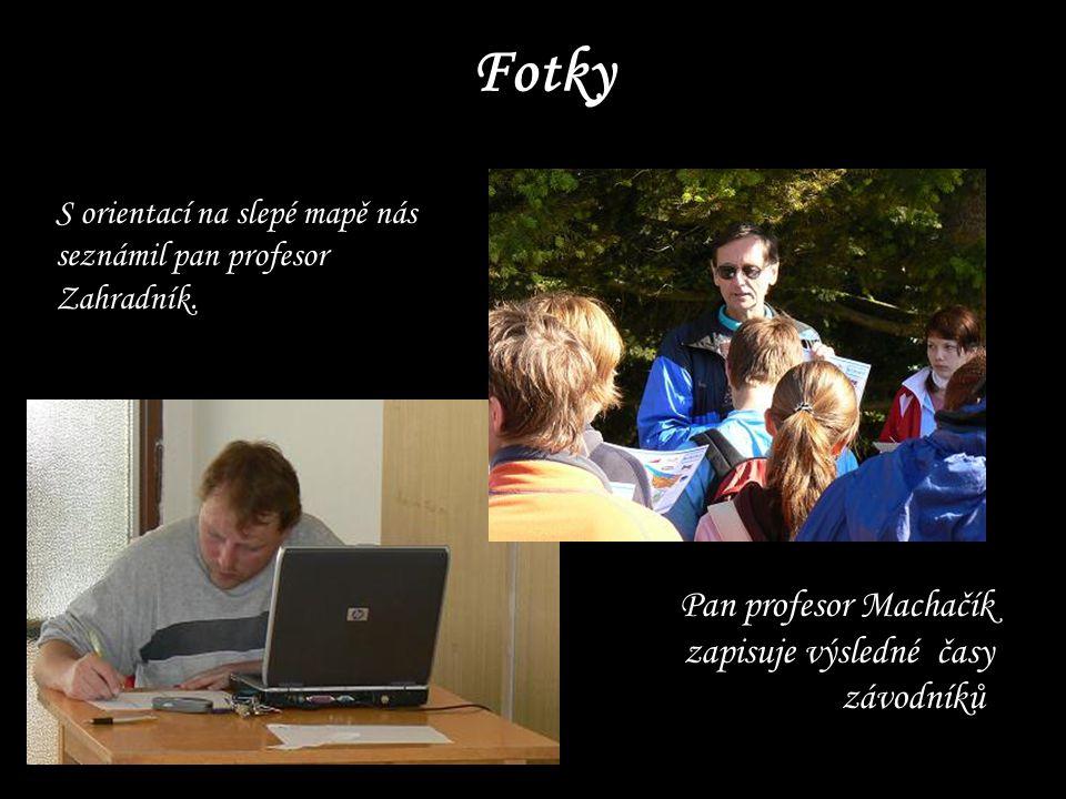 Fotky Pan profesor Machačík zapisuje výsledné časy závodníků.