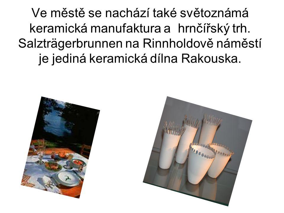 Ve městě se nachází také světoznámá keramická manufaktura a hrnčířský trh.