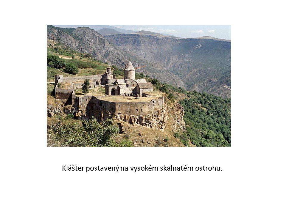 Klášter postavený na vysokém skalnatém ostrohu.