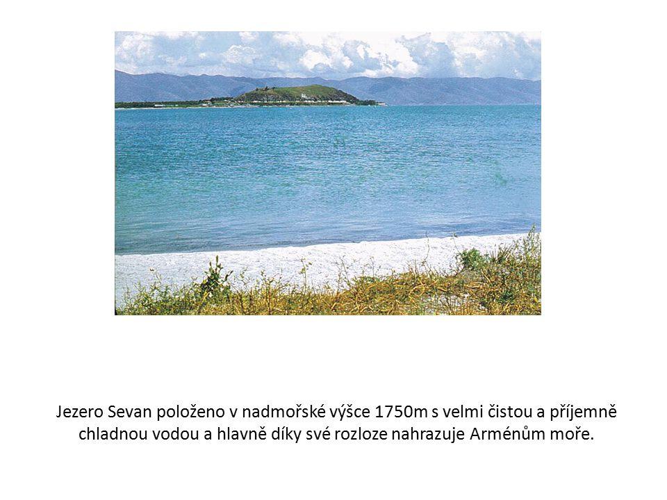 Jezero Sevan položeno v nadmořské výšce 1750m s velmi čistou a příjemně chladnou vodou a hlavně díky své rozloze nahrazuje Arménům moře.