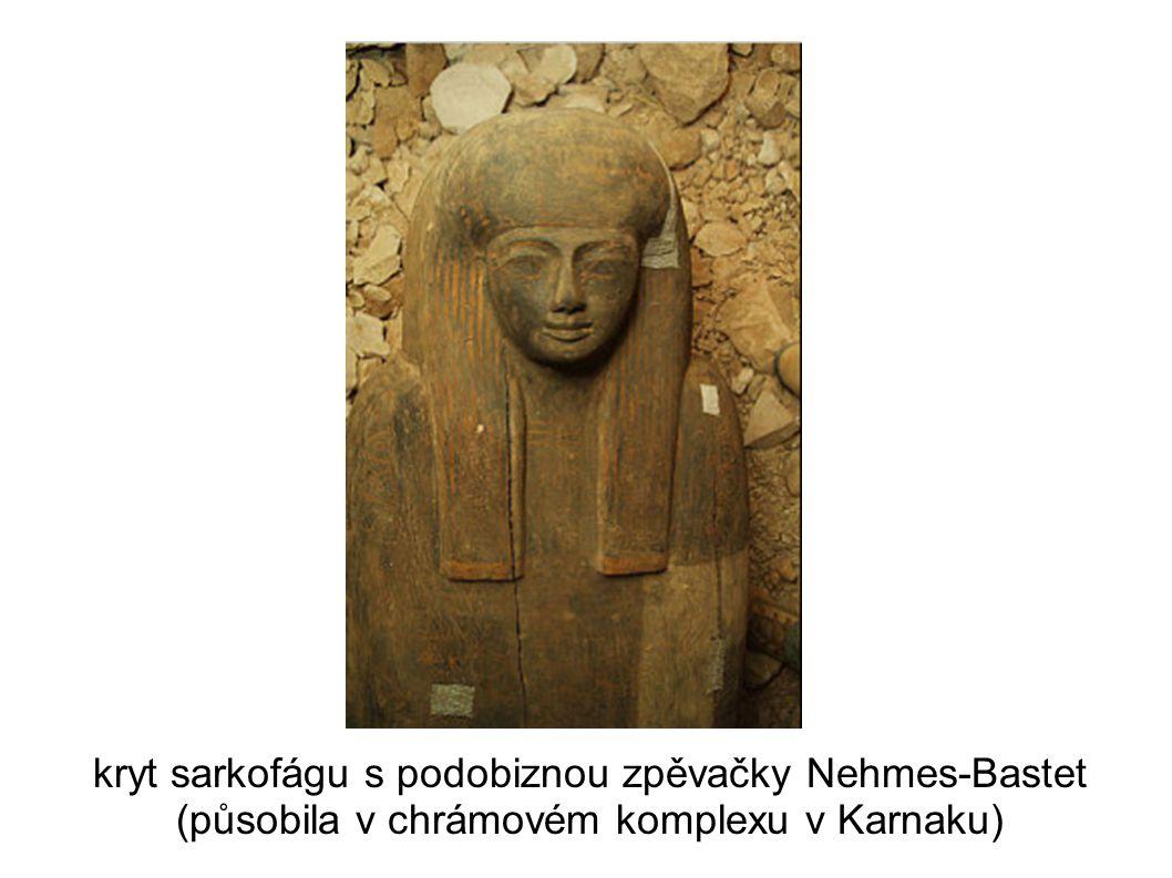 kryt sarkofágu s podobiznou zpěvačky Nehmes-Bastet (působila v chrámovém komplexu v Karnaku)