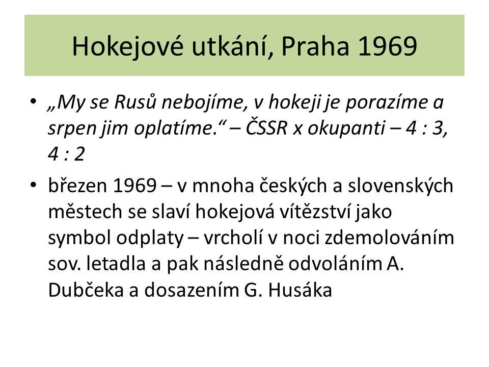"""Hokejové utkání, Praha 1969 """"My se Rusů nebojíme, v hokeji je porazíme a srpen jim oplatíme. – ČSSR x okupanti – 4 : 3, 4 : 2."""