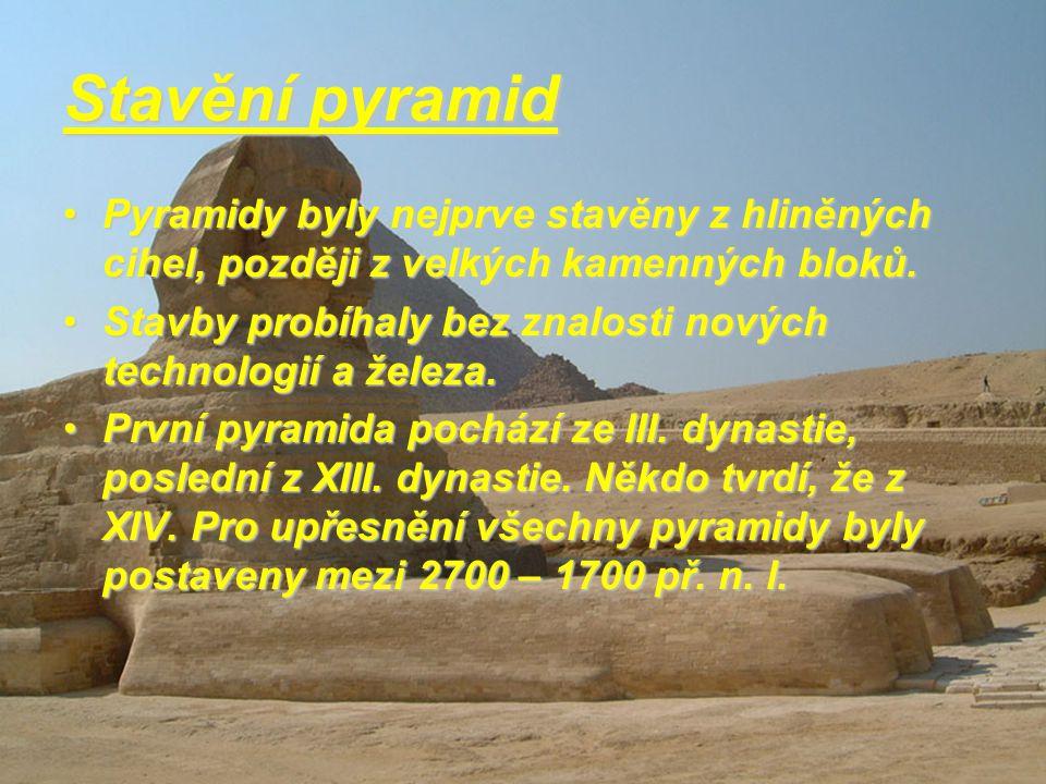 Stavění pyramid Pyramidy byly nejprve stavěny z hliněných cihel, později z velkých kamenných bloků.