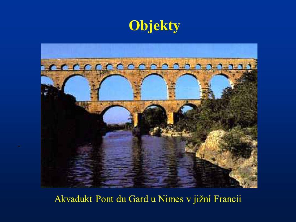 Akvadukt Pont du Gard u Nimes v jižní Francii