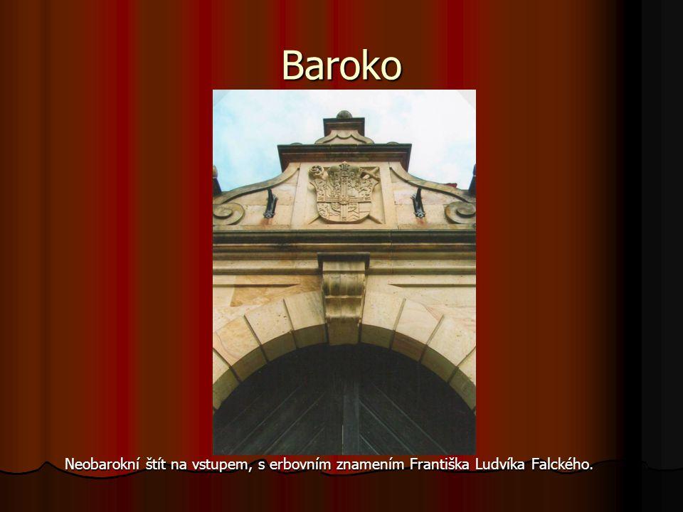 Baroko Neobarokní štít na vstupem, s erbovním znamením Františka Ludvíka Falckého.