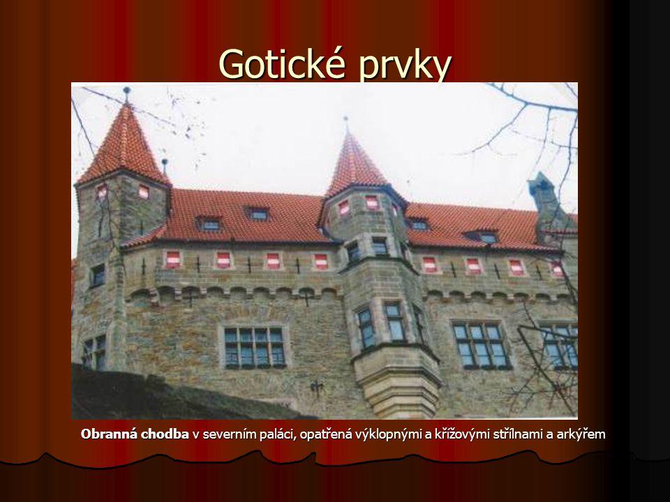 Gotické prvky Obranná chodba v severním paláci, opatřená výklopnými a křížovými střílnami a arkýřem