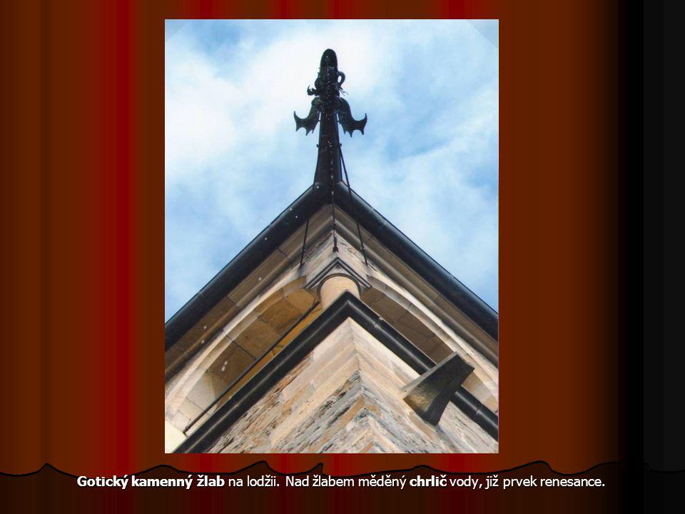Gotický kamenný žlab na lodžii