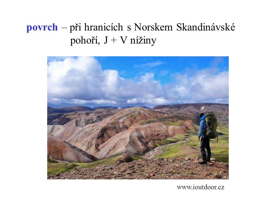povrch – při hranicích s Norskem Skandinávské pohoří, J + V nížiny