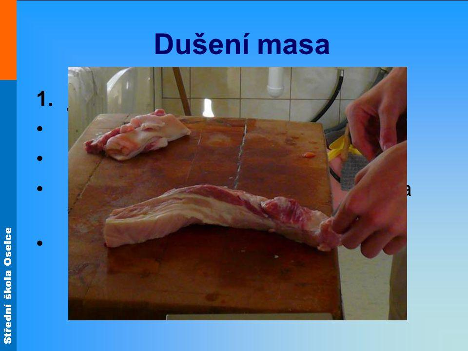 Dušení masa Předběžná úprava masa odblanění a omytí porcování