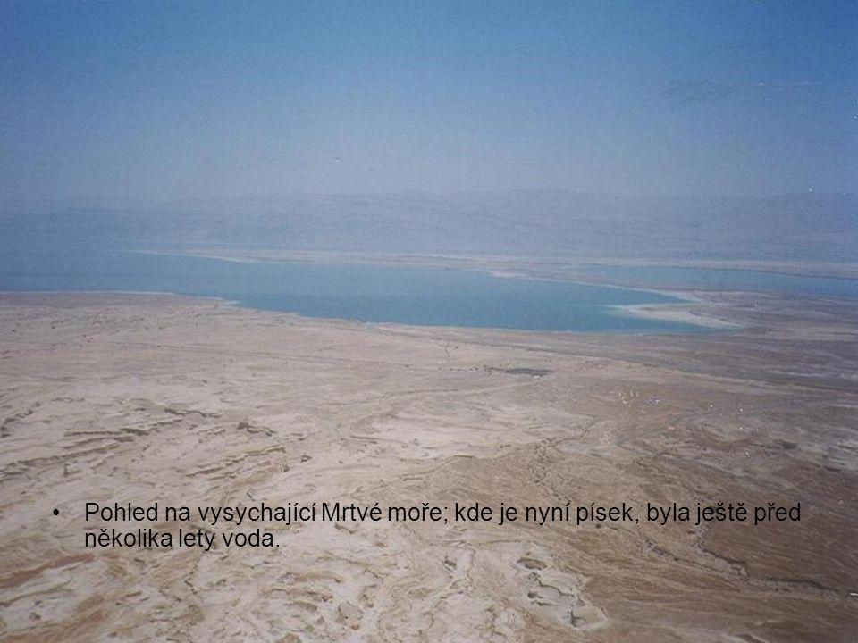 Pohled na vysychající Mrtvé moře; kde je nyní písek, byla ještě před několika lety voda.