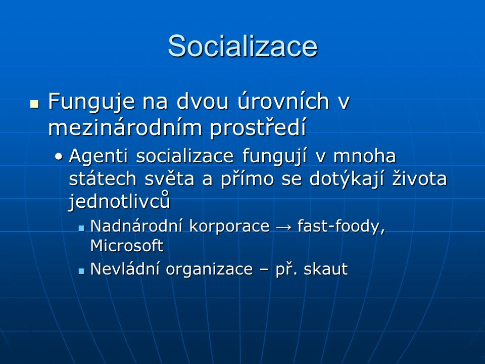 Socializace Funguje na dvou úrovních v mezinárodním prostředí