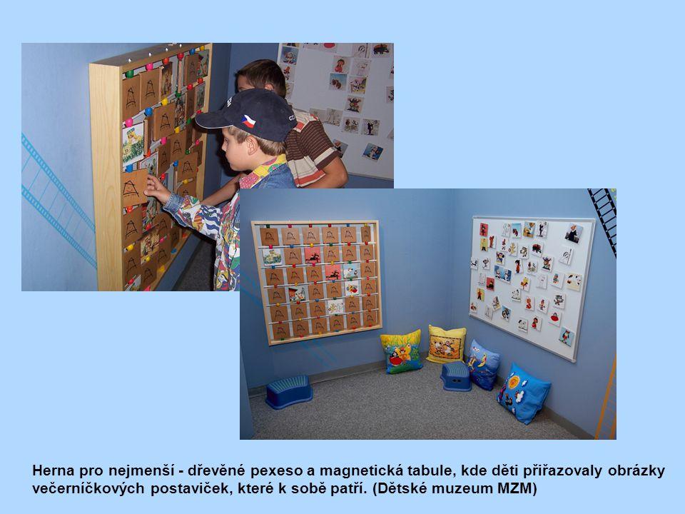 Herna pro nejmenší - dřevěné pexeso a magnetická tabule, kde děti přiřazovaly obrázky