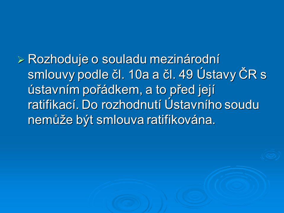 Rozhoduje o souladu mezinárodní smlouvy podle čl. 10a a čl