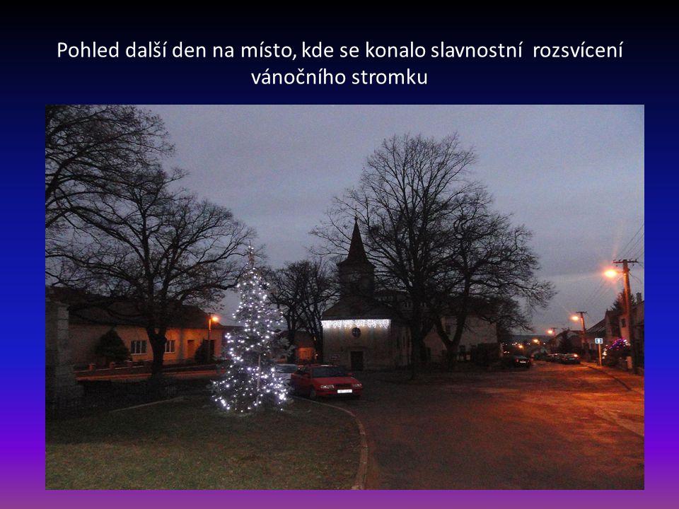 Pohled další den na místo, kde se konalo slavnostní rozsvícení vánočního stromku