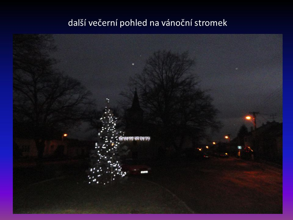 další večerní pohled na vánoční stromek