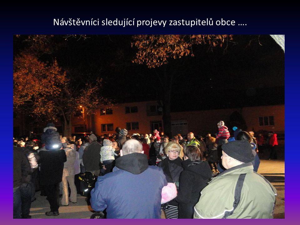 Návštěvníci sledující projevy zastupitelů obce ….