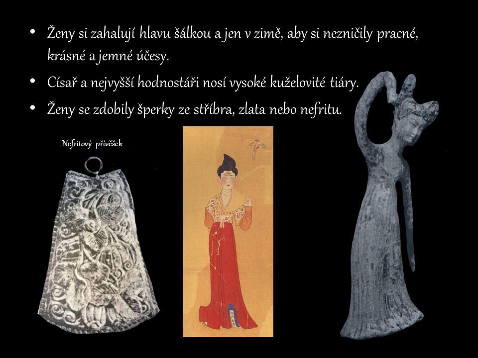 Císař a nejvyšší hodnostáři nosí vysoké kuželovité tiáry.