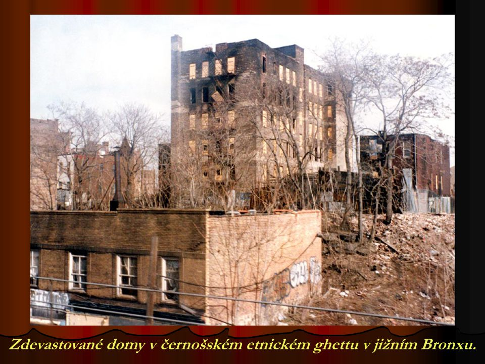 Zdevastované domy v černošském etnickém ghettu v jižním Bronxu.