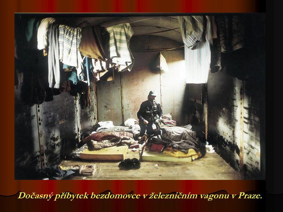 Dočasný příbytek bezdomovce v železničním vagonu v Praze.