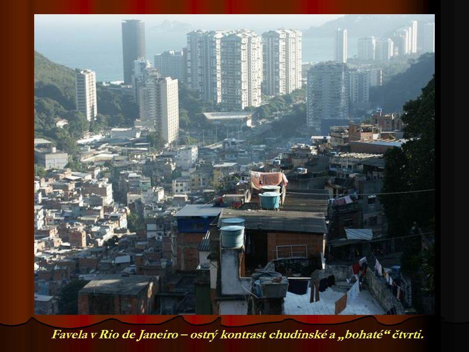 "Favela v Rio de Janeiro – ostrý kontrast chudinské a ""bohaté čtvrti."