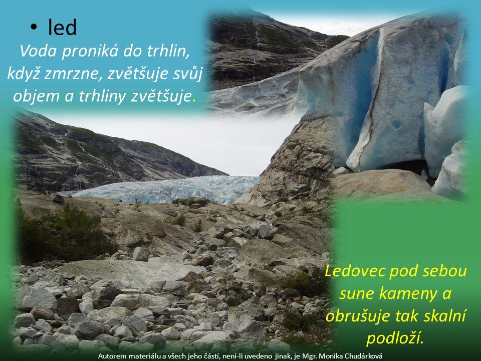Ledovec pod sebou sune kameny a obrušuje tak skalní podloží.