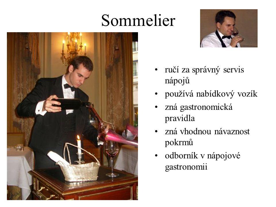 Sommelier ručí za správný servis nápojů používá nabídkový vozík
