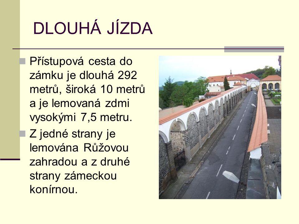 DLOUHÁ JÍZDA Přístupová cesta do zámku je dlouhá 292 metrů, široká 10 metrů a je lemovaná zdmi vysokými 7,5 metru.