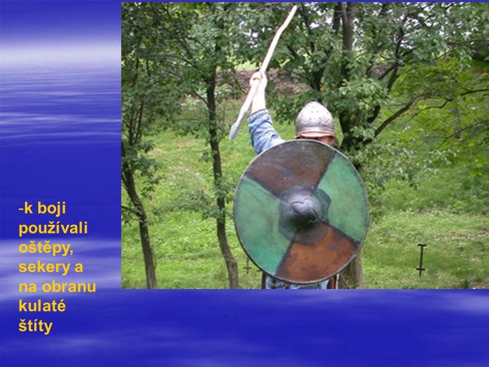 -k boji používali oštěpy, sekery a na obranu kulaté štíty